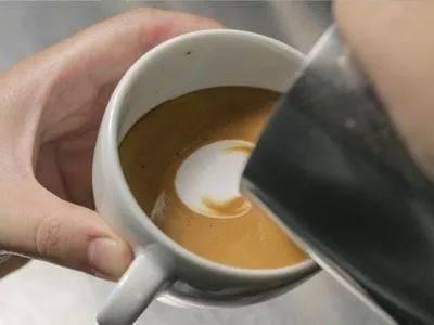 咖啡拉花的时机和原理 | 杯口宽窄、注入高低角度都有影响! 防坑必看 第7张