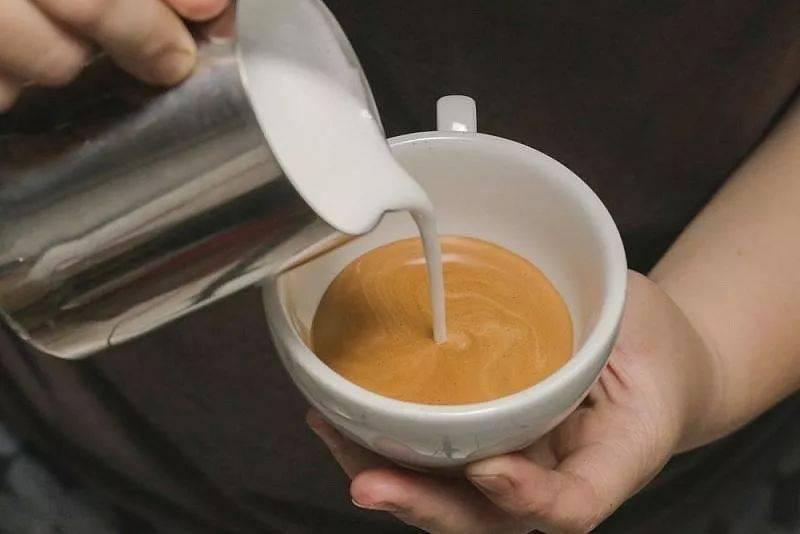 咖啡拉花的时机和原理 | 杯口宽窄、注入高低角度都有影响! 防坑必看 第3张