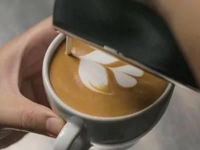 咖啡拉花的时机和原理 | 杯口宽窄、注入高低角度都有影响! 防坑必看 第14张