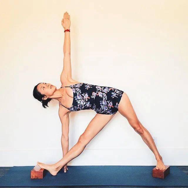 常练瑜伽,三角式的6种不同练习方法,一定要试试!_大腿 高级健身 第7张