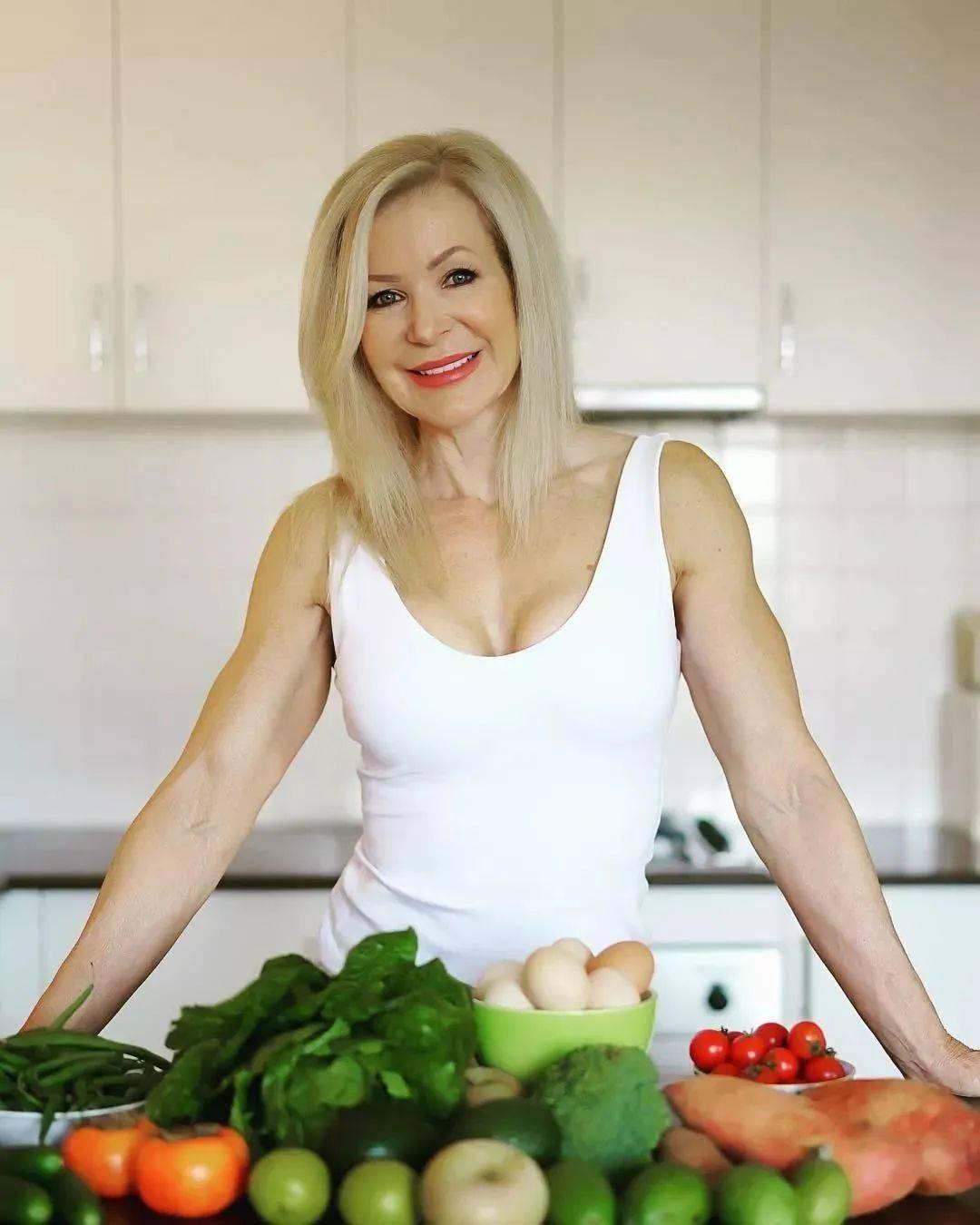 她48岁开始健身,64岁时身材如20岁少女,撸铁16年! 中级健身 第36张