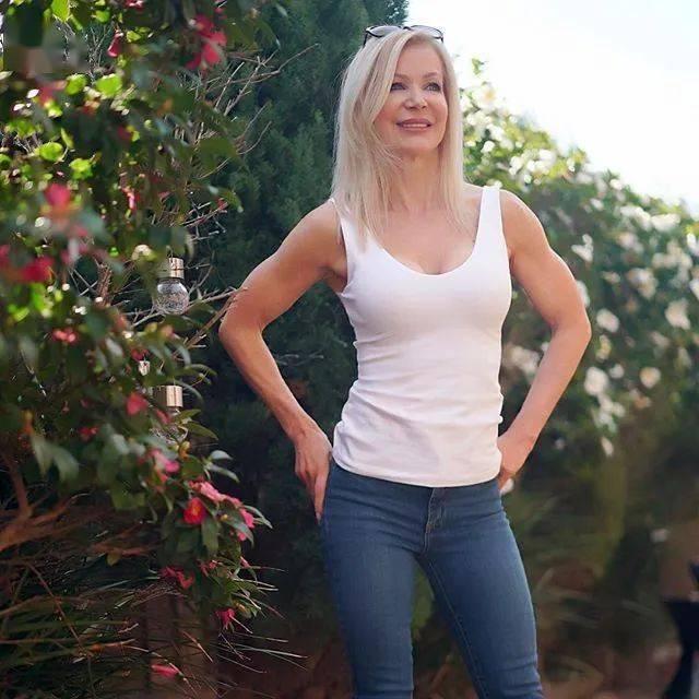 她48岁开始健身,64岁时身材如20岁少女,撸铁16年! 中级健身 第21张