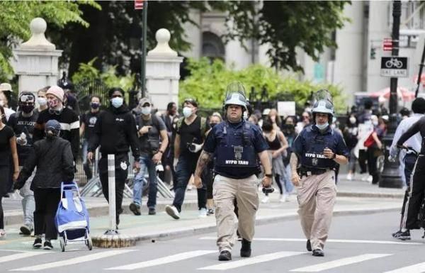 咋想的?纽约治安越差越削减警察预算 一下就是10亿美元