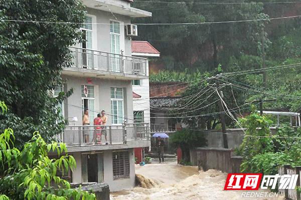 张家界:山洪暴发围困居民消防架梯翻障打通生命线