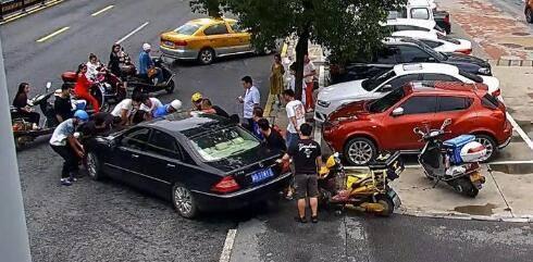 外卖小哥卷入车底,58秒内冲出19名热心市民来抬车救人