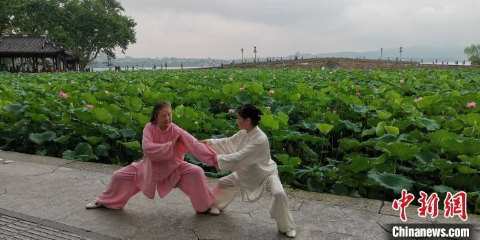 钱塘江中上游洪峰入境杭州 西湖景区水位正常
