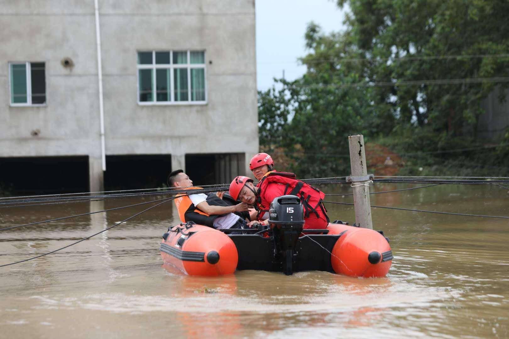江西鄱阳一乡镇出现漫堤,救援人员翻上三楼救出被困幼童