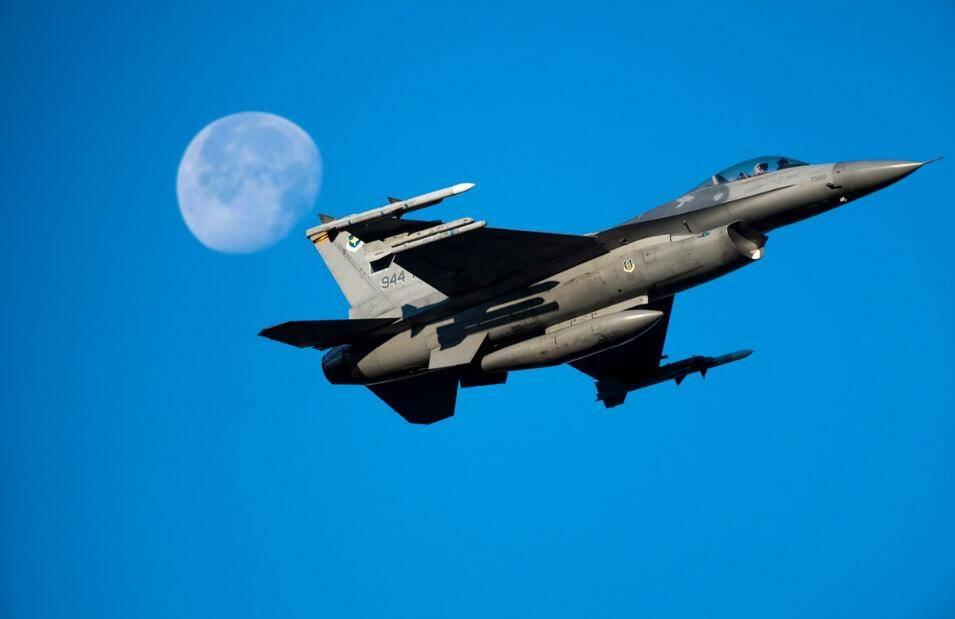 美军又摔一架F-16战斗机 距离F-16上次坠毁才刚过两周