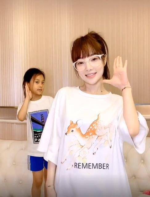 李小璐带甜馨拍视频,只给自己加滤镜,甜馨黑到认不出来