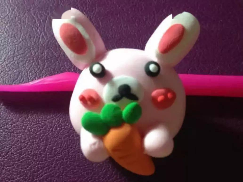 粘土可爱的蘑菇   准备材料:   不同颜色的粘土,辅助工具   制作步骤:   用黄色粘土和绿色粘土给小兔子做一个胡萝卜,用黄色粘土捏出一个三角形好,用绿色粘土捏出三个小圆形做叶子,然后粘在一起,用辅助工具压出胡萝卜的痕,如图;   给小兔子捏出一双手,图片