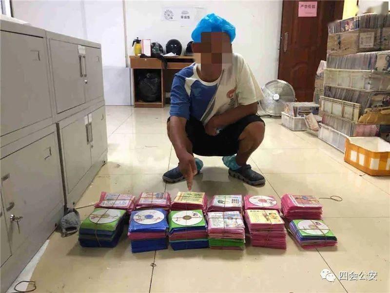 广东肇庆的两名男子因涉嫌制作和销售非法光盘被警方逮捕