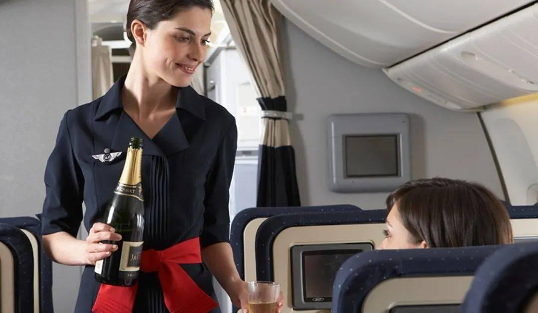冰岛航空解雇所有空乘人员,飞行员将身兼空姐,两天后上岗