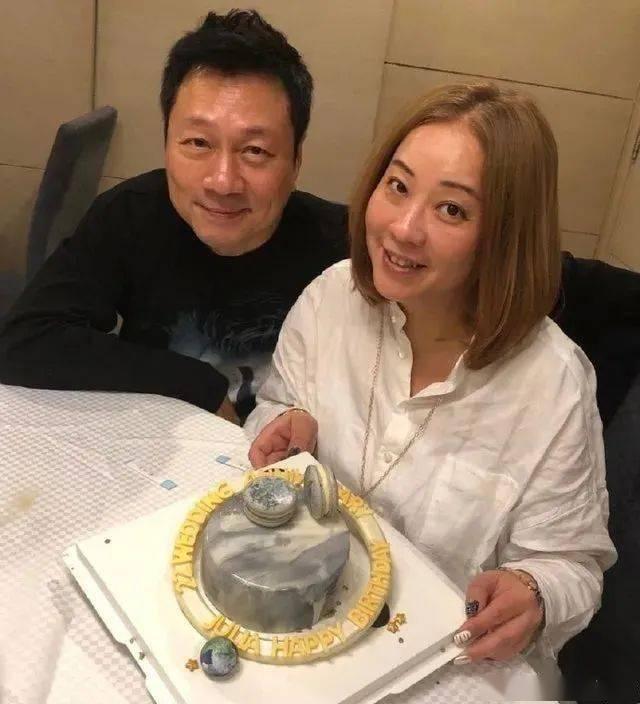 视帝黎耀祥为现任弃前妻,再婚23年感叹:第一段婚姻是我最错的事