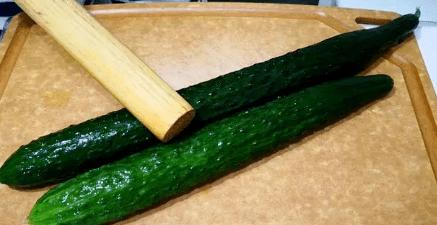 做拍黄瓜时,最忌拍碎后直接拌,多加一个步骤,黄瓜爽脆又入味