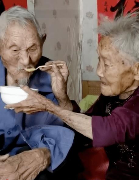 爷爷抽血时害怕奶奶帮捂眼睛