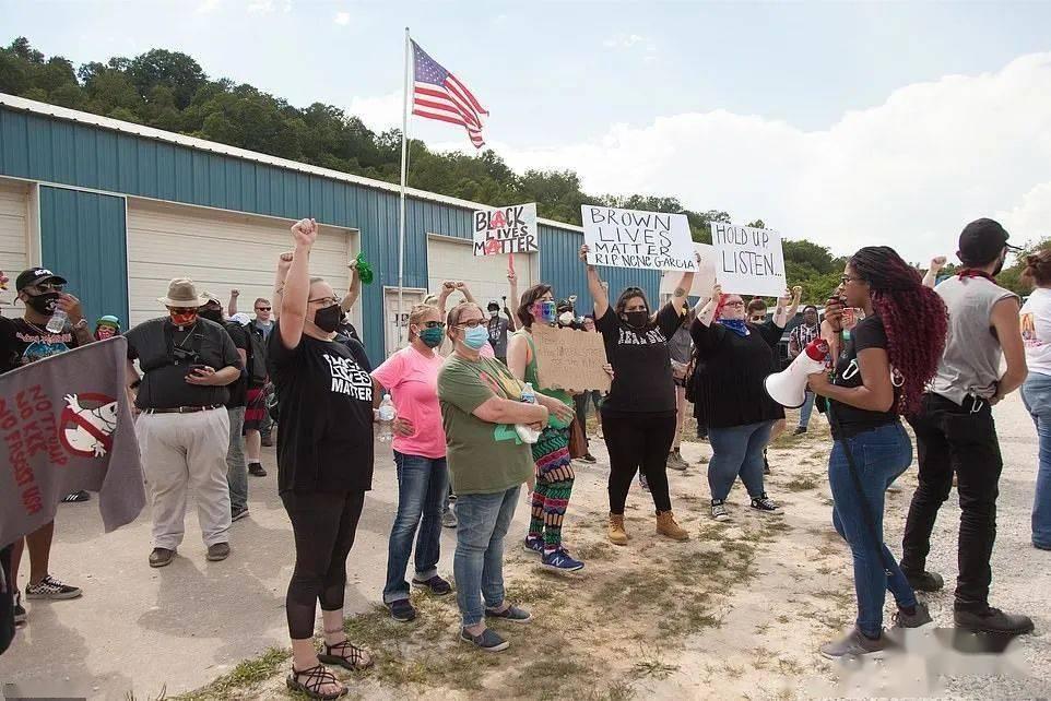 一群抗议者深入到了3K党大本营,一个美国最保守的小村子