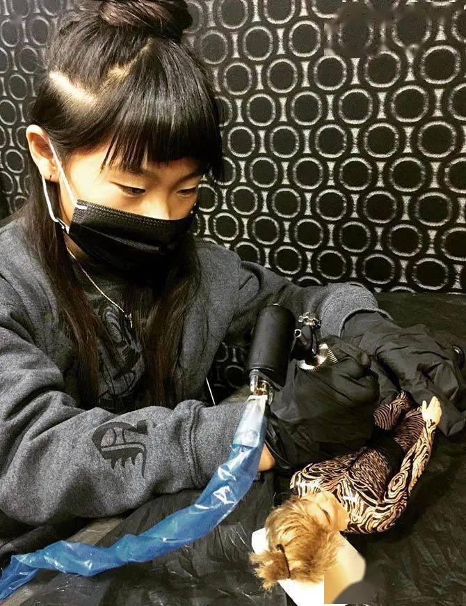 太酷了!日本女孩6岁入行,是全世界最小纹身师…看完我却只想拥有同款爸爸!插图(36)