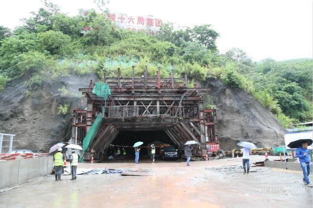 云南玉磨铁路王岗山隧道发生坍塌事故,4人被困