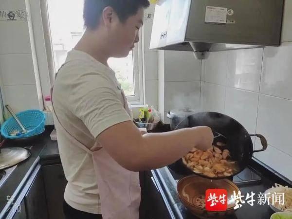 别人家的孩子!17岁男生暑假把家庭一日三餐都包了!