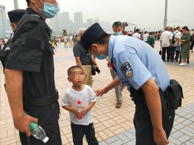 """看洪水竟把孩子""""看""""丢了,渝中警方一天捡三娃"""