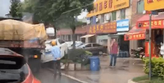 惊心动魄!环市路的大货车和电车相撞 电车冲向花带 前轮脱落