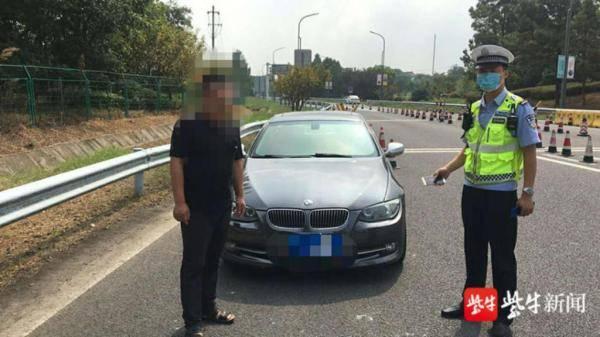 驾照被暂扣两年已停用,男子涉嫌无证驾驶面临拘留