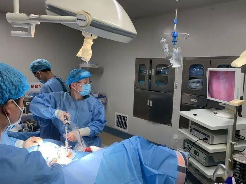 精准扶贫,我院帮助炉霍县人民医院开展了首例胸部手术。