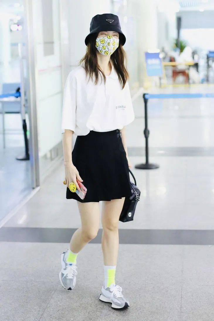 明明穿的同款白衬衫,怎么高圆圆撩热巴飒?