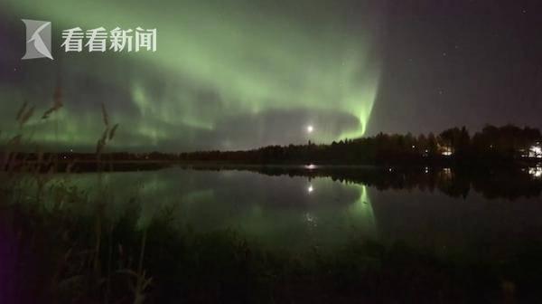 就像一条青蛇醒来!芬兰在夜空中上演了