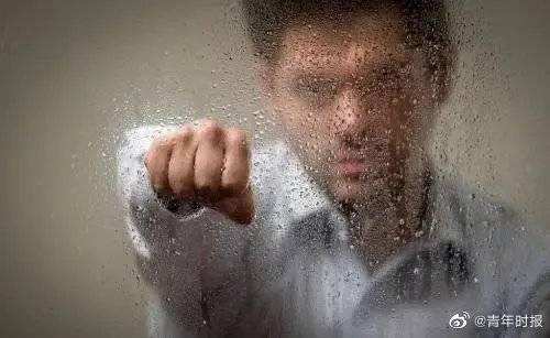 害人害己!男子耍酒疯一拳打碎玻璃窗,飞溅的碎片割断工友颈部血管致其死亡