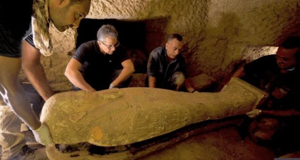 埃及古墓出土27具2500年前棺材:彩绘完好,色彩鲜艳