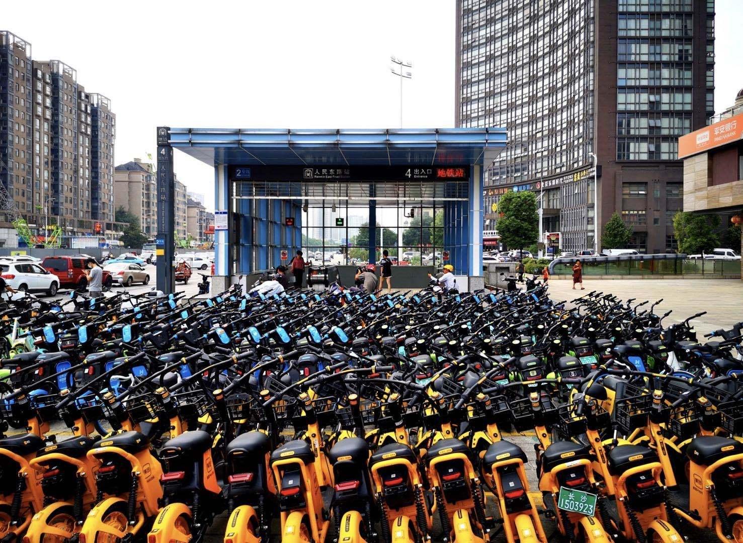 """共享电单车再现""""彩虹大战"""",非理性投放成为行业最大挑战"""