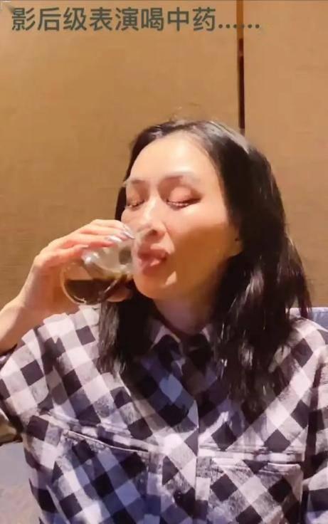 钟丽缇喝中药表情痛苦,网友说为了生宝宝,张伦硕的反应幽默心酸