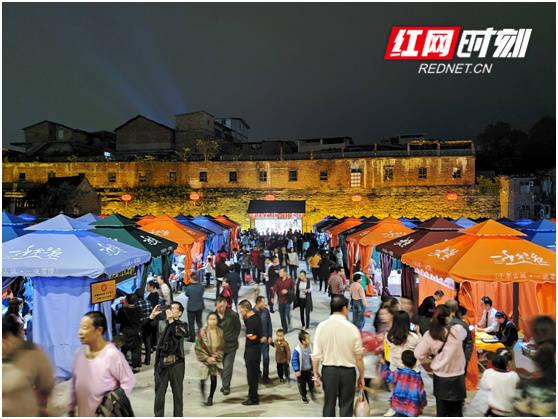 零陵:流动艺术为双节添景助力夜间经济