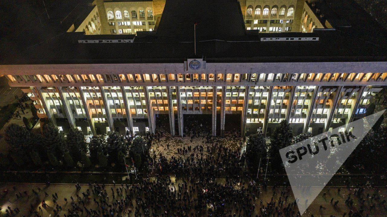 """政局突变!吉尔吉斯斯坦议会大选后爆发抗议,政府大楼""""白宫""""被占楼体起火,我使馆紧急发布提醒     第1张"""