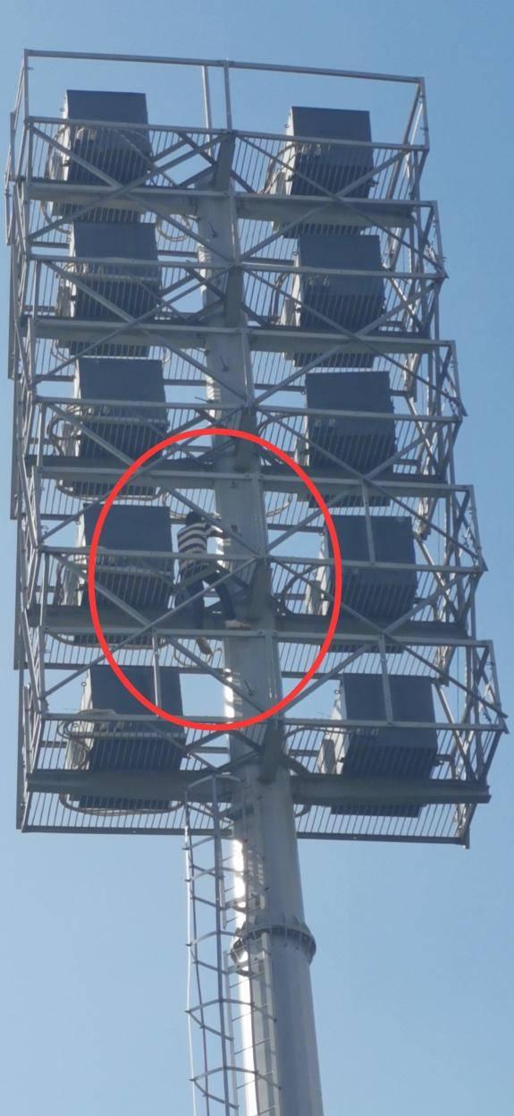 因生活不如意,南宁一男子爬上几十米高的灯塔,待了2天2夜