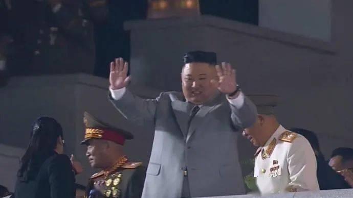 朝鲜罕见凌晨阅兵,金正恩哽咽了