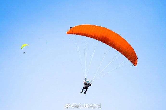 世界最年长单人跳伞女性去世 享年88岁