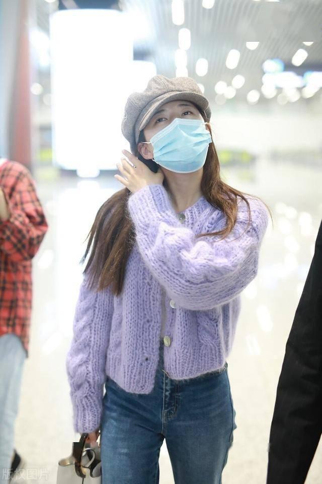 独家街拍:赵露思穿紫色针织衫搭配牛仔裤现身,头戴帽子甜美可人