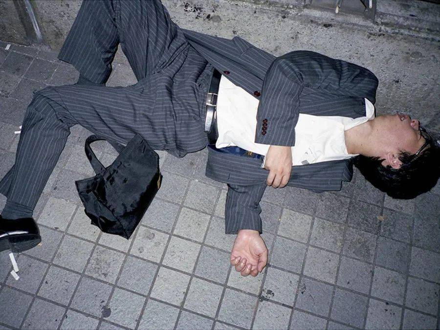 """看了马路上睡姿狂放的日本人,我觉得自己还不算真""""社畜"""""""