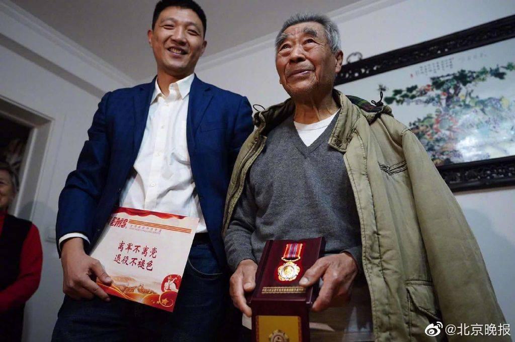 在颐和园丢失抗美援朝纪念章后,老人获赠一枚新奖章