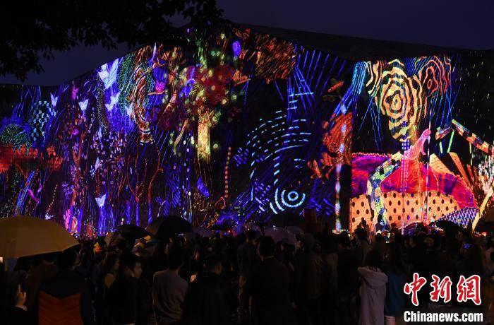 四川美术学院上演艺术灯光秀庆祝80周年校庆