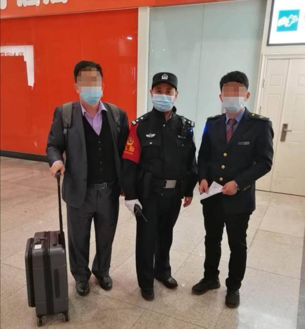 """旅客称赞""""北京铁警真给力!"""" 行李箱被拿错一波三折终被找回"""