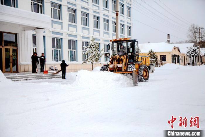 """雪深30厘米! """"中国最冷小镇""""迎10年来同期最大降雪"""