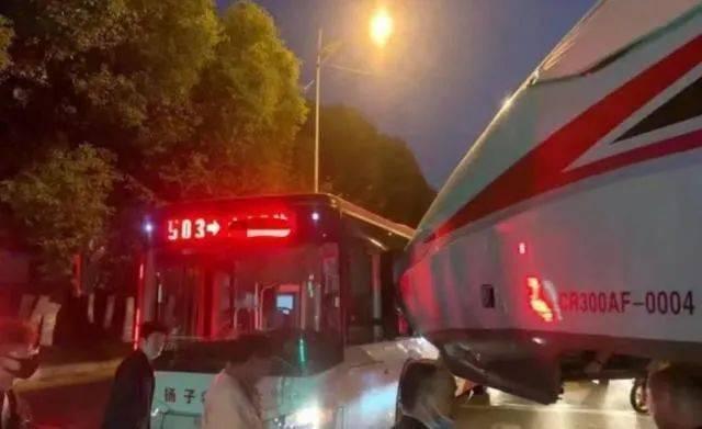 復興號撞上公交車 列車出軌公交車