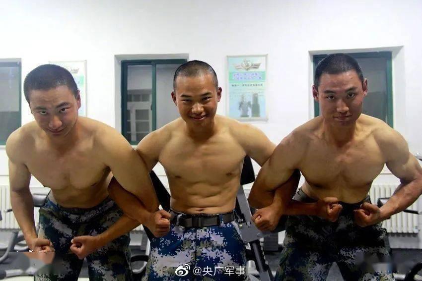 """入伍两个月练出一身肌肉!新兵是如何变成""""猛男""""的?"""