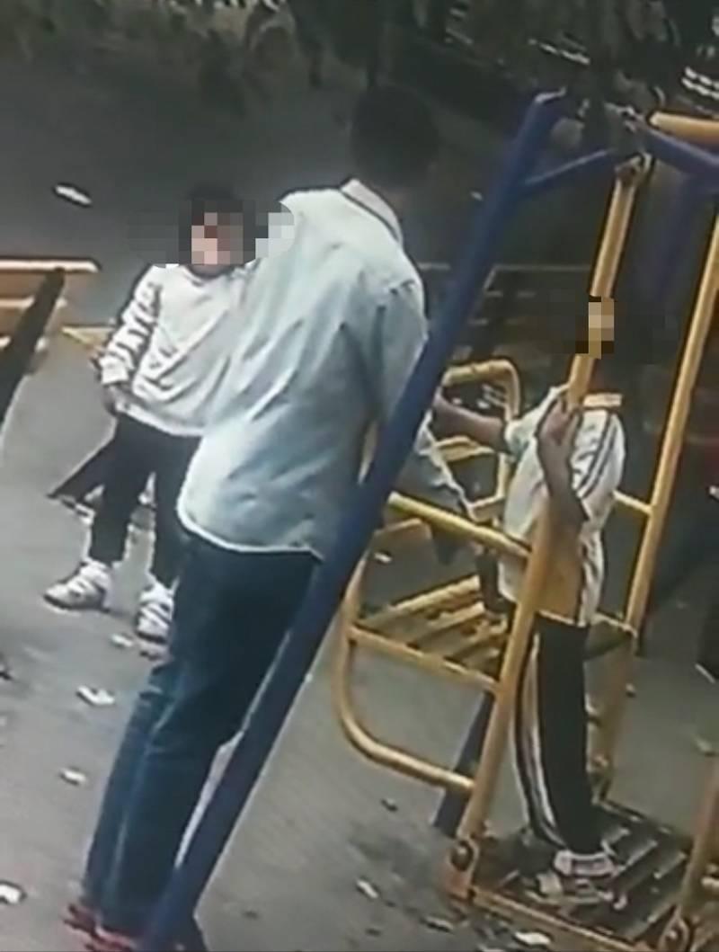 百事3注册广东一男子校门口猥亵女学生?警方:事发普师附小,嫌疑人被抓