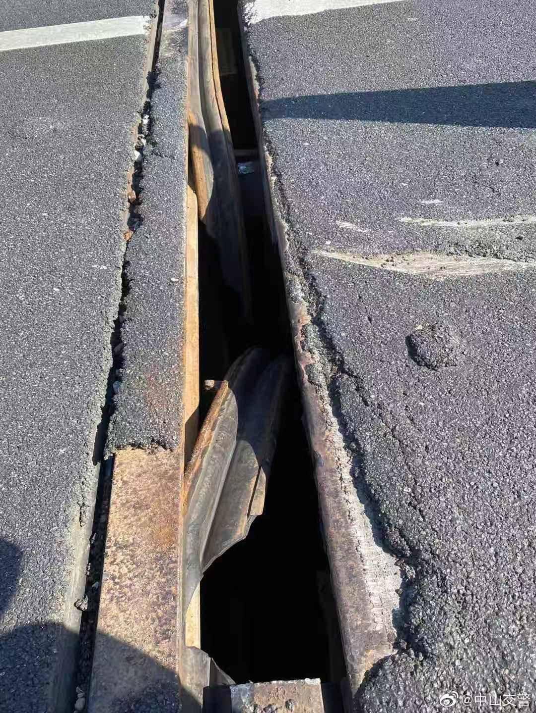 男子把千斤顶当警示牌致连环车祸?交警辟谣:实为桥梁伸缩缝损坏