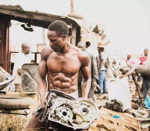 废品回收站里的肌肉男,线条如刀刻!
