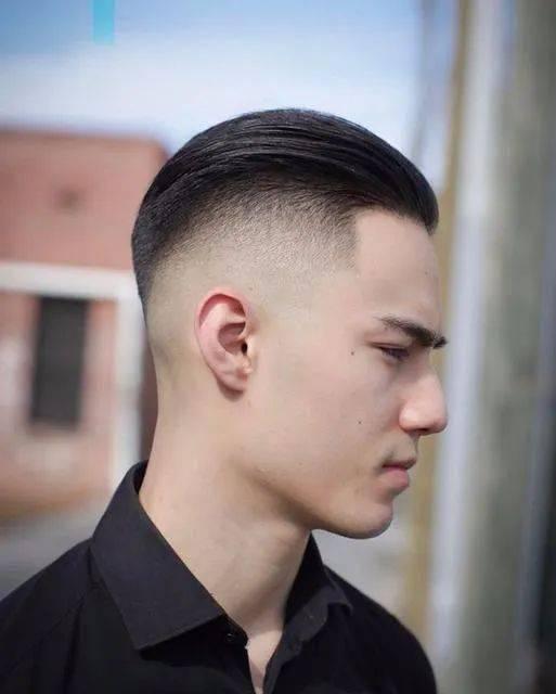 上方头发利用烫卷或造型品做出层次感,虽然相较欧美,亚洲男生的发量没